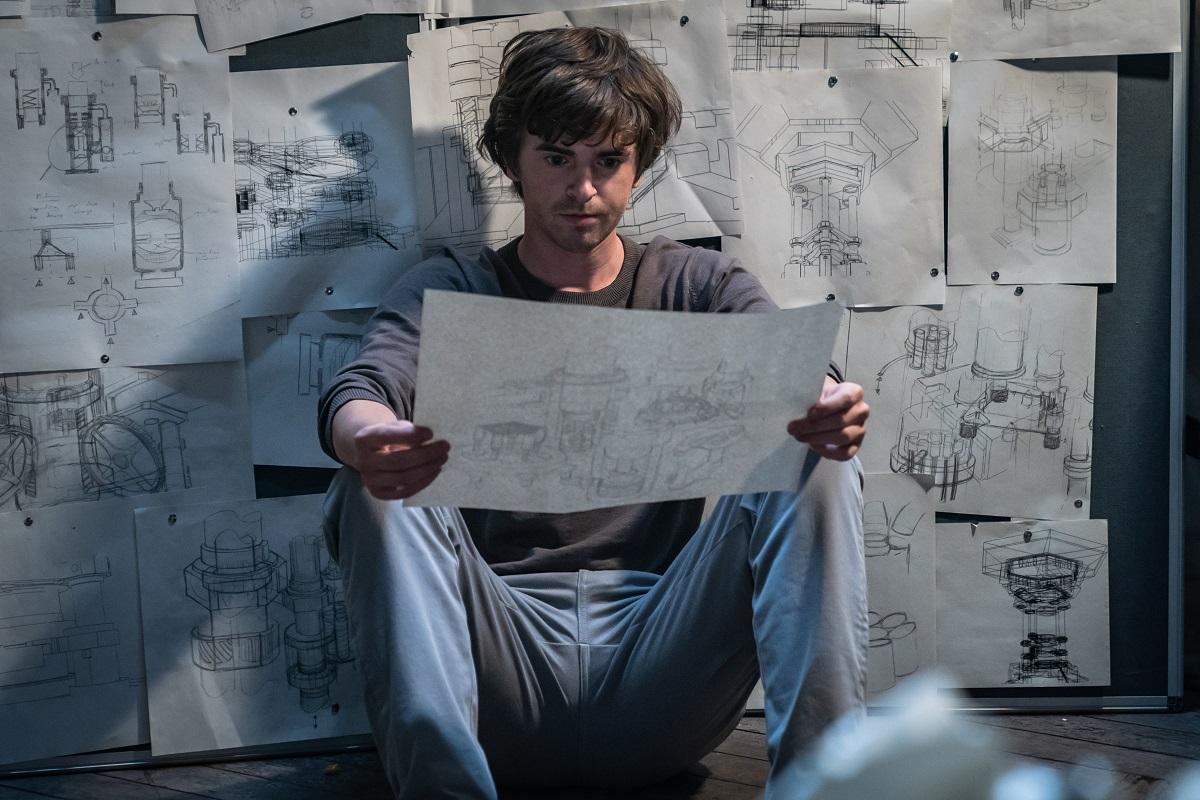 Freddy Highmore examina los planos en una toma de The Vault