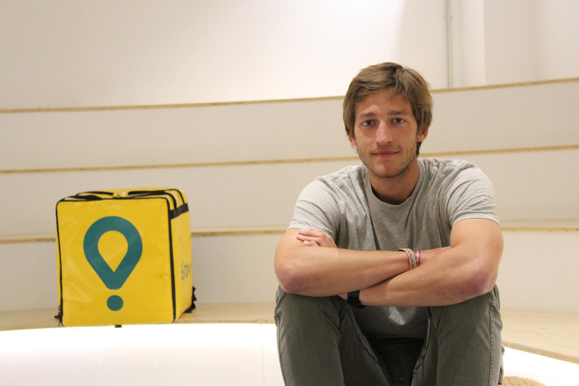 Oscar Pierre, cofundador y director ejecutivo de Glovo, con uno de los fondos de entrega de su startup.
