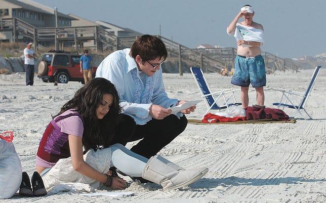 """Mila Kunis y Ben Gurley revisan los guiones de la película antes de filmar una escena para ella """"McAllister se mueve"""" En la orilla de la Media Luna Roja en 2005."""