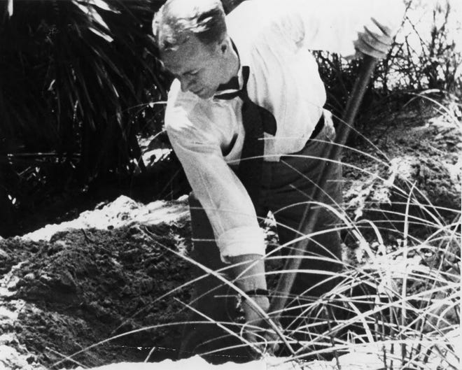 El agente especial del FBI excava en un lugar en Ponte Vedra Beach donde el terrorista nazi Edward John Curling dijo que su equipo había enterrado equipos y uniformes de sabotaje en 1942.