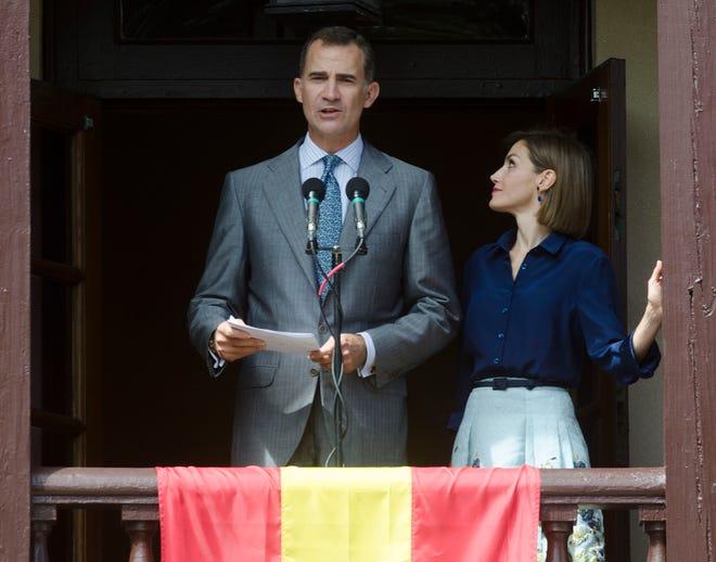 La reina Letizia está junto a su esposo, el rey Felipe VI de España, mientras él se dirige a una multitud reunida en la Plaza de la Constitución de San Agustín desde el balcón de la Casa de Gobierno el viernes 18 de septiembre de 2015.