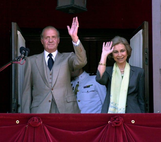 El rey Juan Carlos y la reina Sofía de España saludan a la multitud que se reunió frente a la Casa de Gobierno en San Agustín el domingo 1 de abril de 2001.