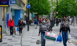 Compradores en Slough High Street en mayo