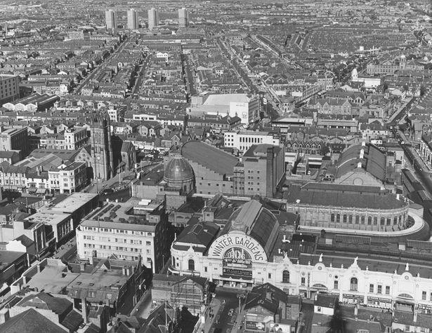 Una vista aérea de Winter Gardens en Blackpool durante la década de 1960.