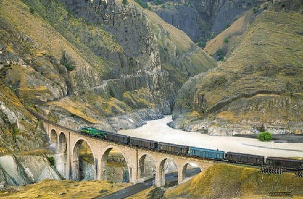 Ferrocarriles Transiraníes en la República Islámica de Irán: El ferrocarril de 1.394 kilómetros que une el Mar Caspio en el noreste con el Golfo Pérsico en el suroeste también ha sido incluido en la nueva Lista de Sitios del Patrimonio de la UNESCO.  Cruza el corredor ferroviario único