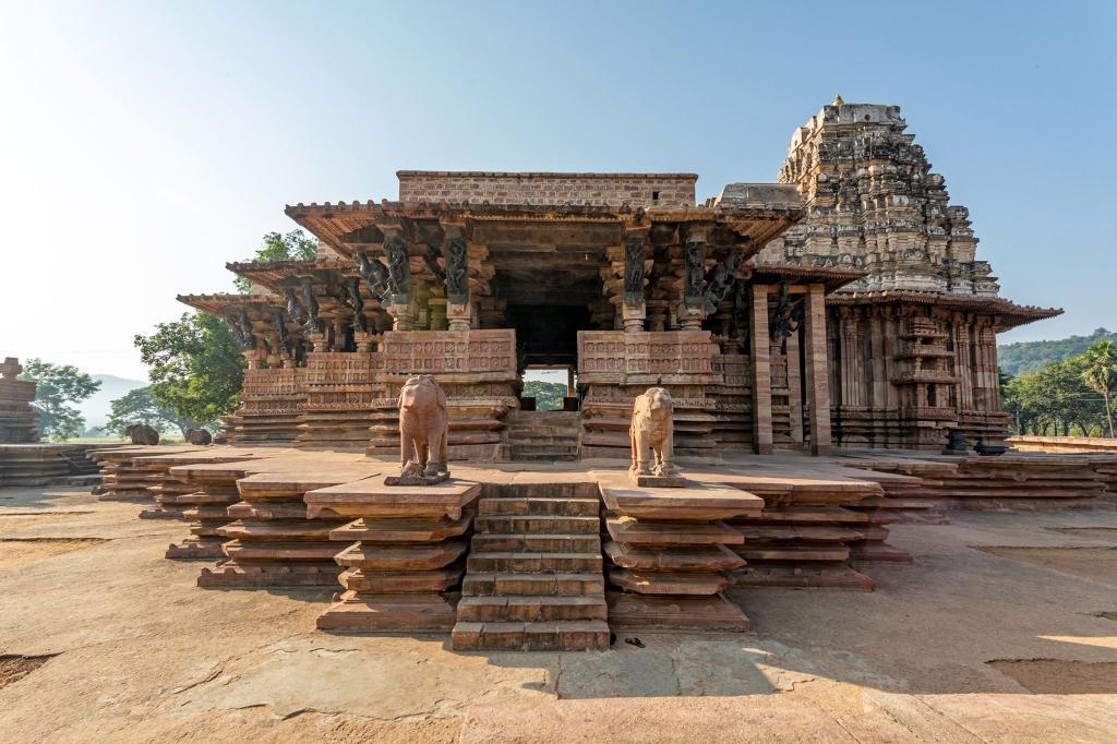 Templo Kakatiya Rudreshwara (Ramapa) en Telangana, India: El próximo nuevo edificio patrimonial en la lista de la UNESCO es el Templo Shiva construido durante un período de 40 años durante el período Kakatian (1123-1323 EC).  Las costumbres y hábitos de la danza regional están grabados junto con textos dramáticos en las paredes y pilares.  Se utilizaron ladrillos porosos conocidos como.