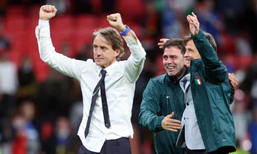 Roberto Mancini celebra tras ganar una tanda de penaltis a España en semifinales.
