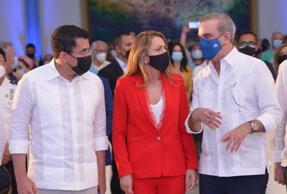 (L) Ministro de Turismo David Collado, CEO de Grupo Piñero Encarna Pinero y Presidente de República Dominicana Luis Abenader.