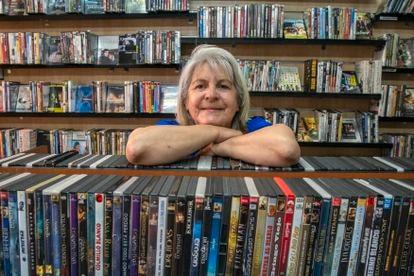 Marcia Ciboro de pie dentro de su tienda de DVD y alquiler de Blue Ray