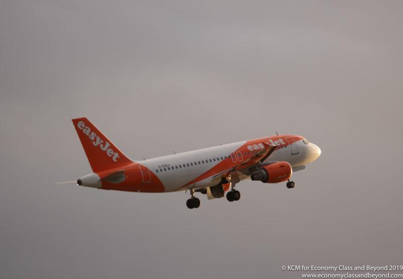 EasyJet Airbus A319 sale del aeropuerto de Manchester - foto, clase económica y más