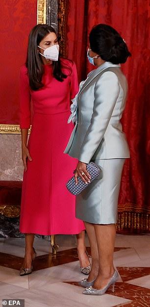 Pareció alinearse con la primera dama Ana Afonso Dias mientras charlaba en el palacio real