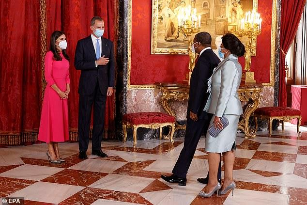 El monarca español fue fotografiado reuniéndose con el presidente angoleño Joao Manuel Goncalves Lourenco y su esposa Ana Afonso Dias antes del almuerzo de hoy.