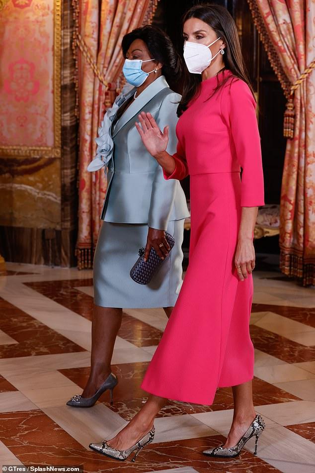 La Primera Dama de Angola eligió una falda de satén azul con una chaqueta a juego con elaborados detalles florales.