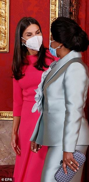 Letizia fue elegante sin esfuerzo cuando saludó a los invitados, haciéndola lucir simple con unos lindos aretes en forma de lágrima y sin bolso.
