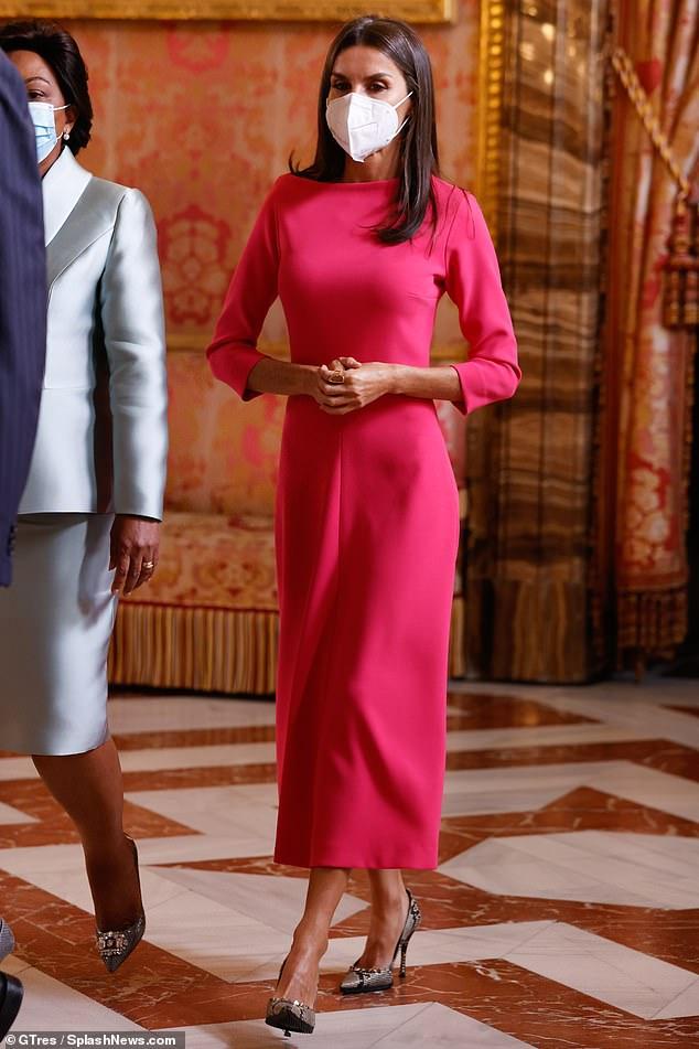 La reina Letizia de España fue el epítome de la elegancia cuando ella y su esposo, el rey Felipe, dieron la bienvenida al presidente angoleño hoy.