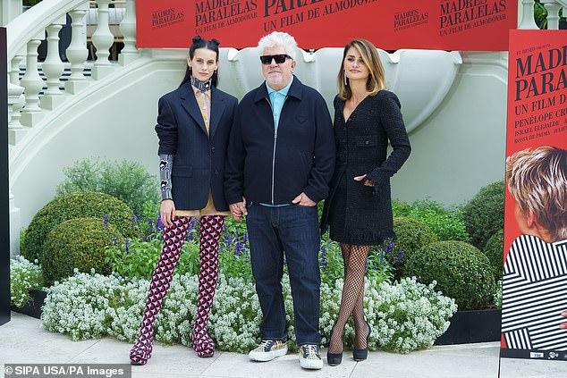 En buena compañía: se ve a Penélope con el director de cine Pedro Almodóvar (centro) y Melina Smit (izquierda)