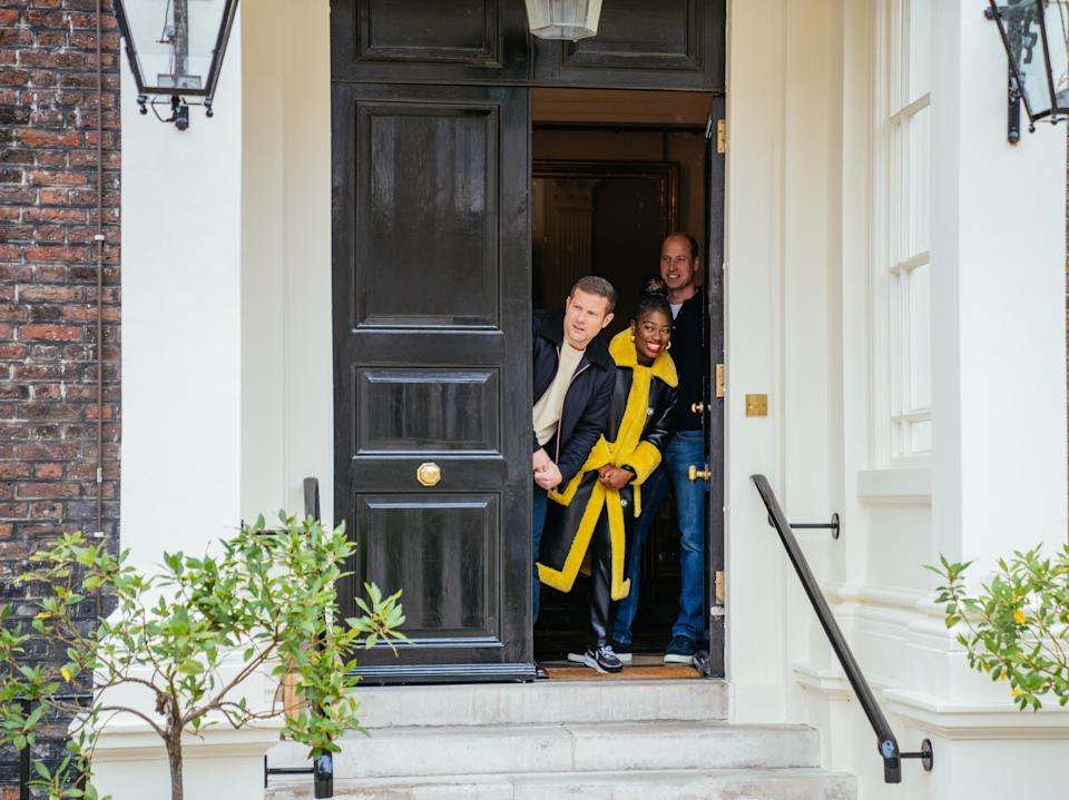 Junto al duque de Cambridge a las puertas del Palacio de Kensington se encontraban los locutores Clara Ampho y Dermot O & # 39;  Leary.  (Imágenes falsas)
