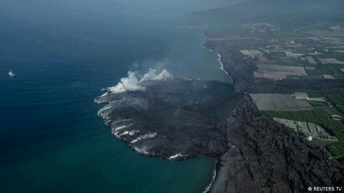 La nueva tierra creada por el volcán se puede ver en imágenes aéreas