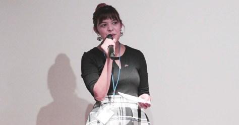 Imagen que muestra a Nare Weaver hablando por un micrófono.