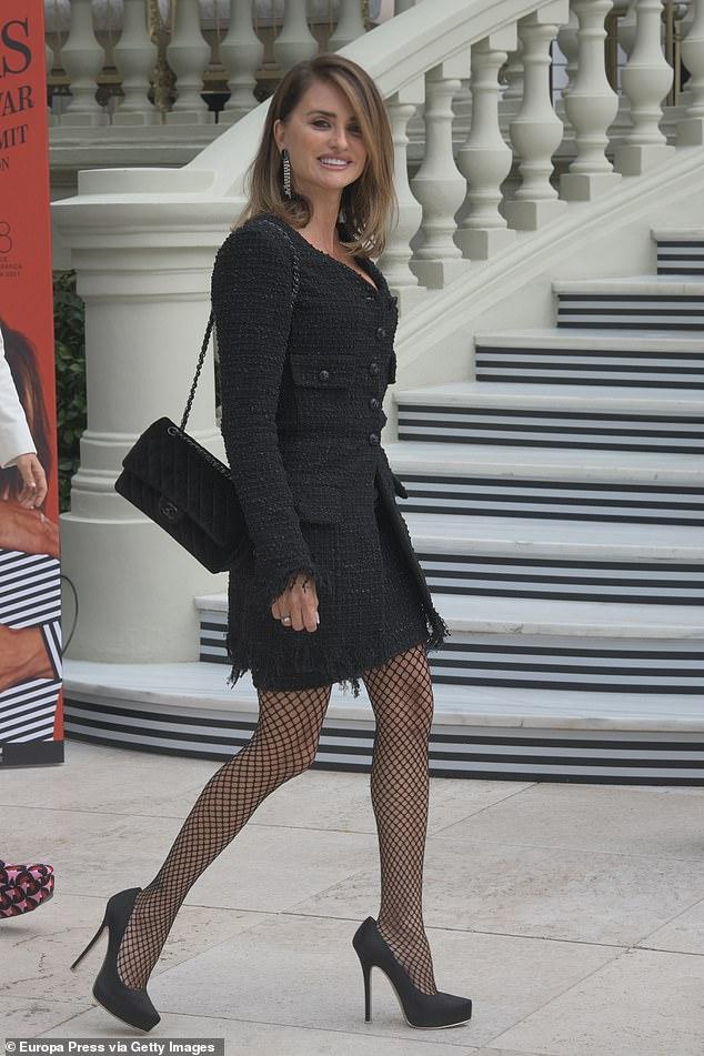 Elegante: el lunes, Penélope Cruz, de 47 años, salió con una chaqueta de punto y una falda a juego para la proyección de su película Madres paralelas en Madrid, España.